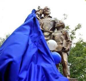 В Тюмени открыли первый в России памятник отцу