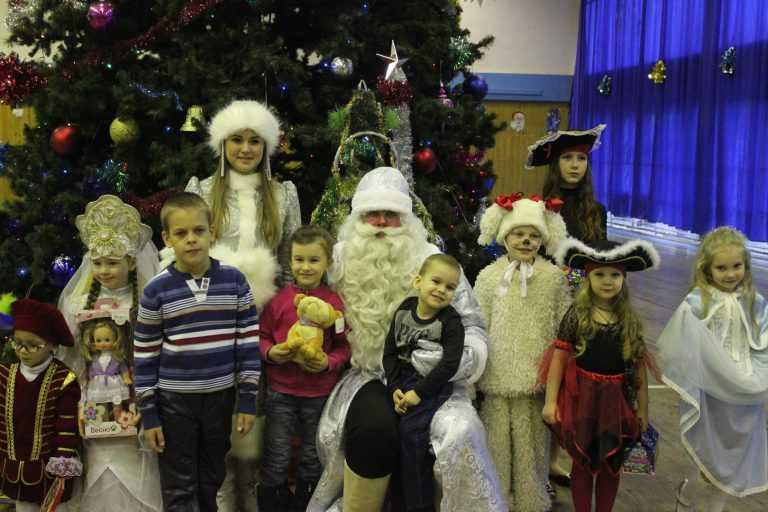 """Новогодний утренник для детей с ограниченными возможностями здоровья состоялся во дворце спорта """"Звездный"""" накануне Нового года."""