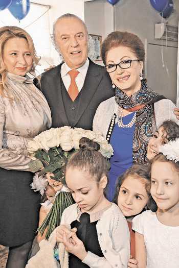 """Детскому ансамблю """"Маленькая страна"""" Ильи Резника, где директор - его жена Ирина Романова, очень комфортно в Доме танца Лейлы Адамян (на снимке справа)."""