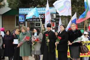 Жители дагестанского Каспийска почтили память погибших в Кемерово.
