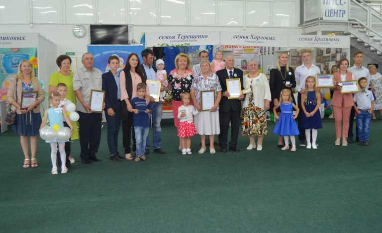 Руководитель курского регионального отделения ВОД «Матери России» Татьяна Воронина наградила лучшие курские семьи