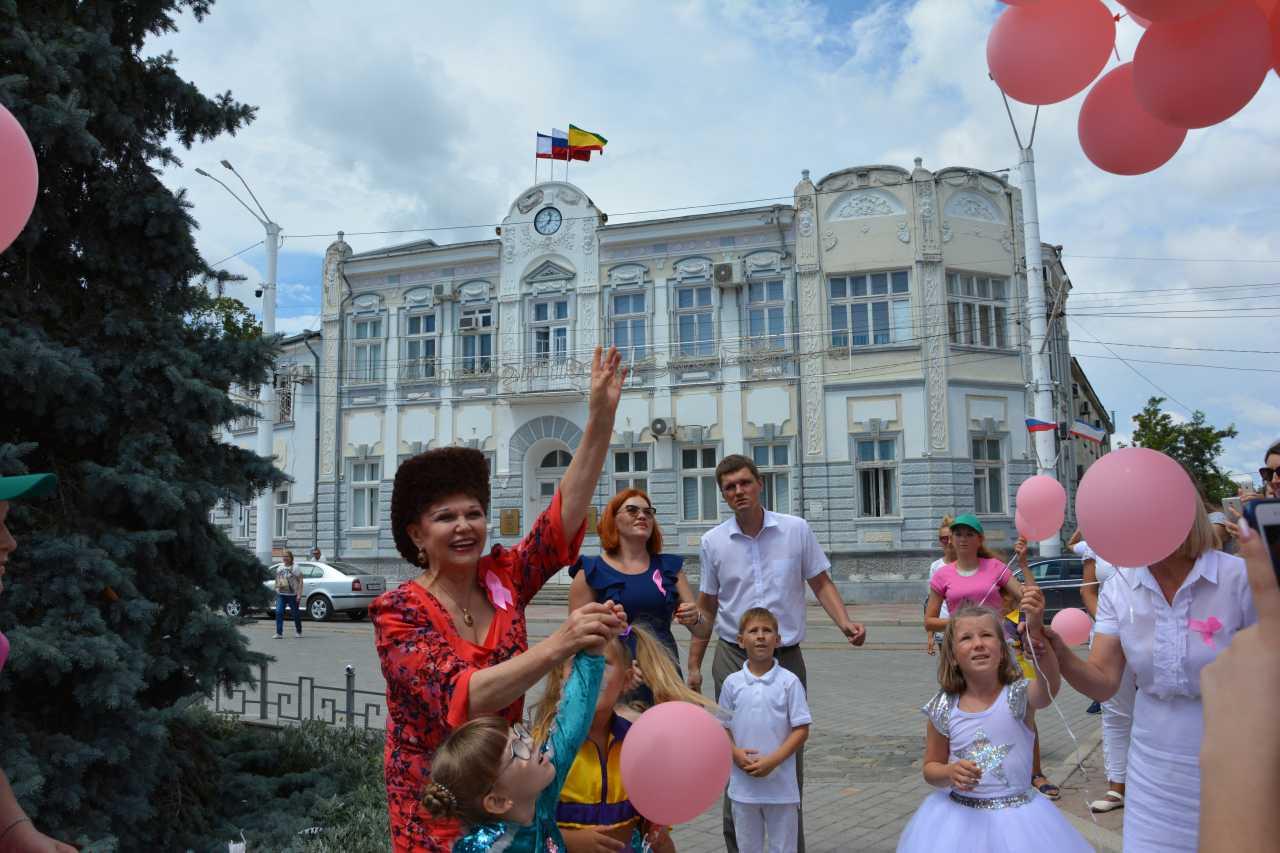 Валентина Петренко с детьми запускают шары в небо