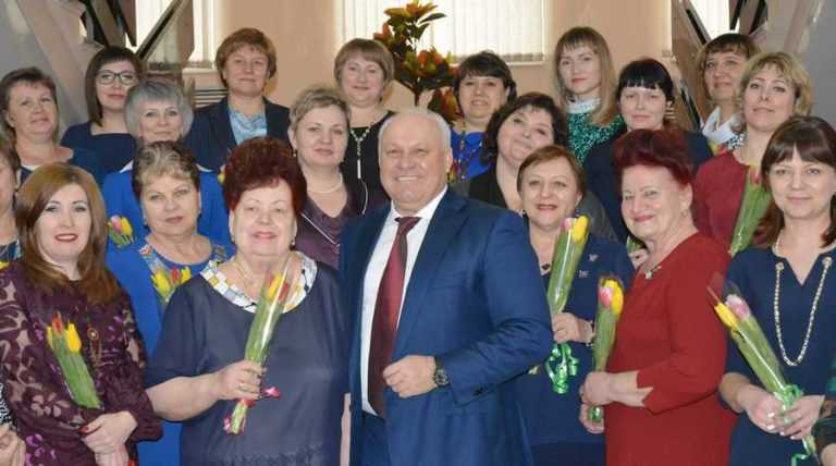 Глава Хакасии поздравил с 8 марта деятельных и творческих женщин республики