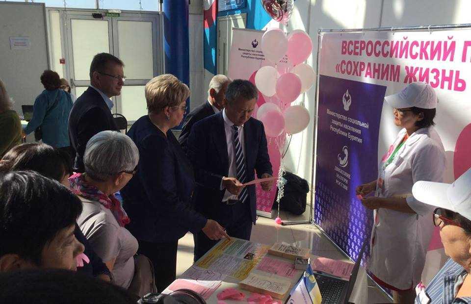 Активистки бурятского отделения «Матери России» провели акцию «Розовая ленточка» на Ярмарке активного долголетия