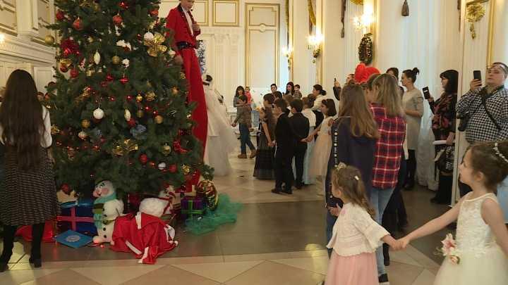 В Карачаево-Черкесии стартовали Новогодние елки Главы республики для детей отличников и детей, находящихся в трудной жизненной ситуации
