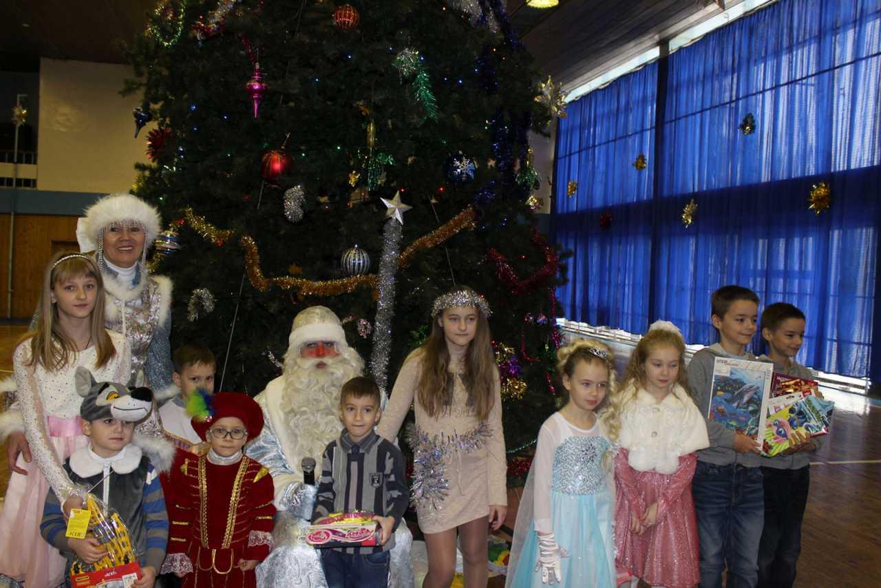 """Новогодний утренник для детей с ограниченными возможностями здоровья состоялся во дворце спорта """"Звездный"""" накануне Нового года"""