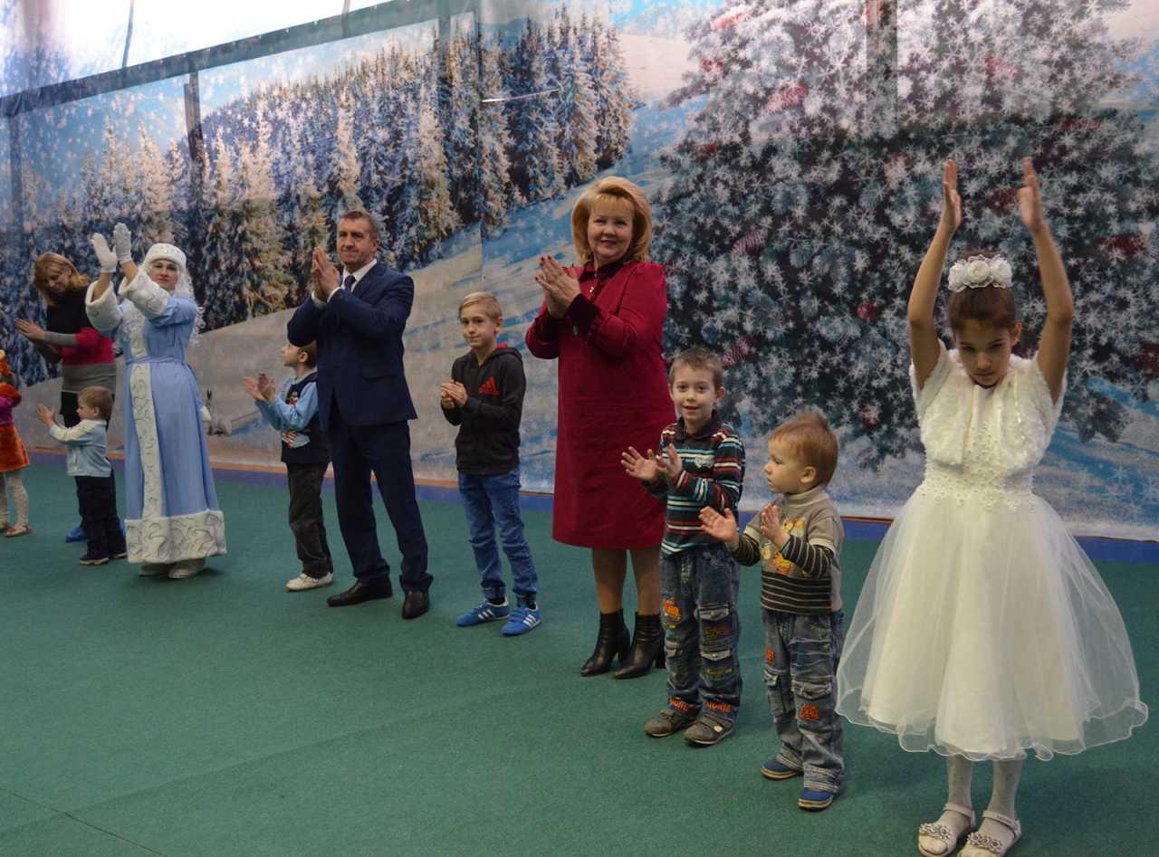 Руководитель курского отделения ВОД «Матери России» Татьяна Воронина поздравила с новогодними праздниками многодетные семьи Льгова