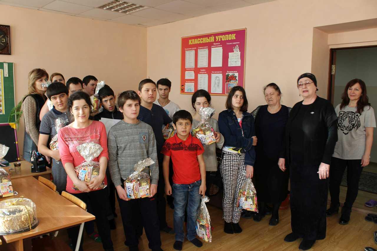 Детей детского дома поздравили с новогодними праздниками.